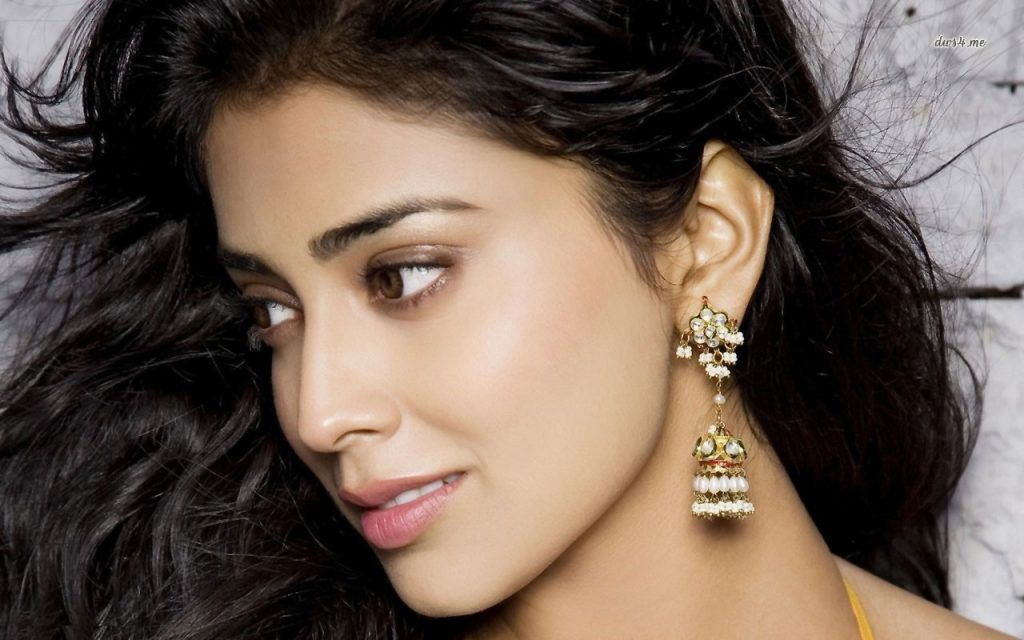 shriya-saran-with-interesting-earrings
